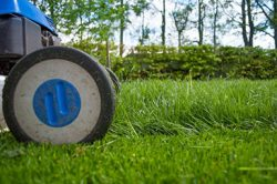 lawnmower-2786525_1920-e1568498650189385